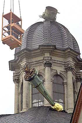 Abgebrochen: Die Turmspitze der Würzburger Neumünsterkirche steckte im Dach und wurde mittlerweile geborgen