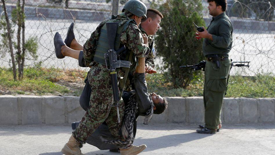 Soldaten und Verletzer am Flughafen Kabul