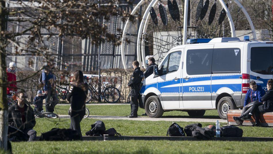 Polizei kontrolliert Ausgangsbeschränkungen in Frankfurt am Main, 22. März 2020