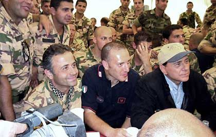 Gibt sich volksnah: Der Premier beim späten Truppenbesuch in Nassirija
