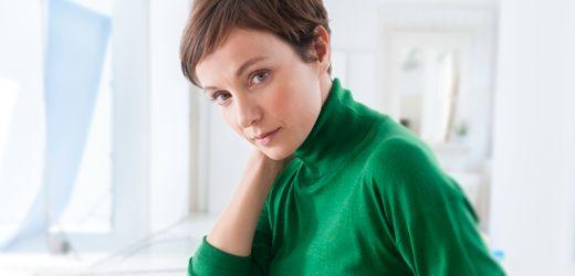 Julia Koschitz: Die Schauspielerin spricht über finanzielle Unabhängigkeit