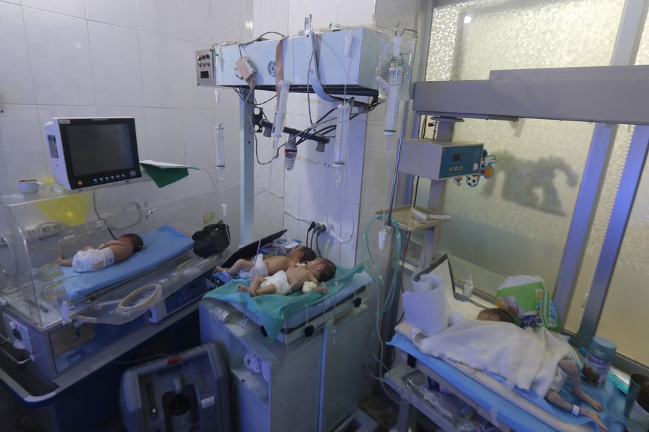 Neugeborene in einem angegriffenen Krankenhaus in Aleppo (2016): Kinder, Schwangere, Verletzte und Klinikpersonal gezielt angegriffen