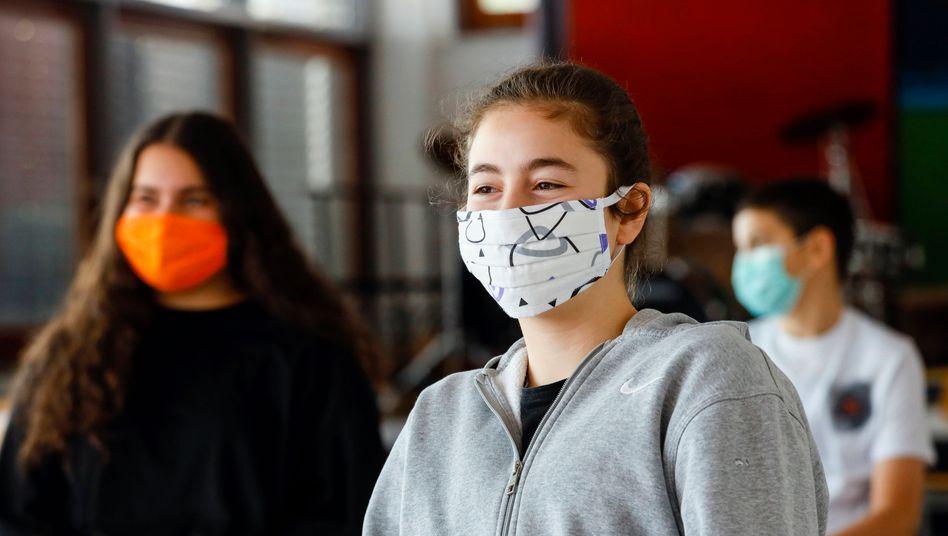 Wie hier in Düsseldorf müssen Schüler in Spanien eine Maske tragen