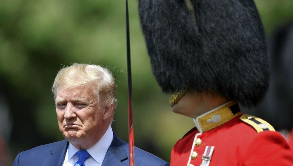 Donald Trump besucht die Grenadier-Garde beim Buckingham Palace: Chaos-Politik