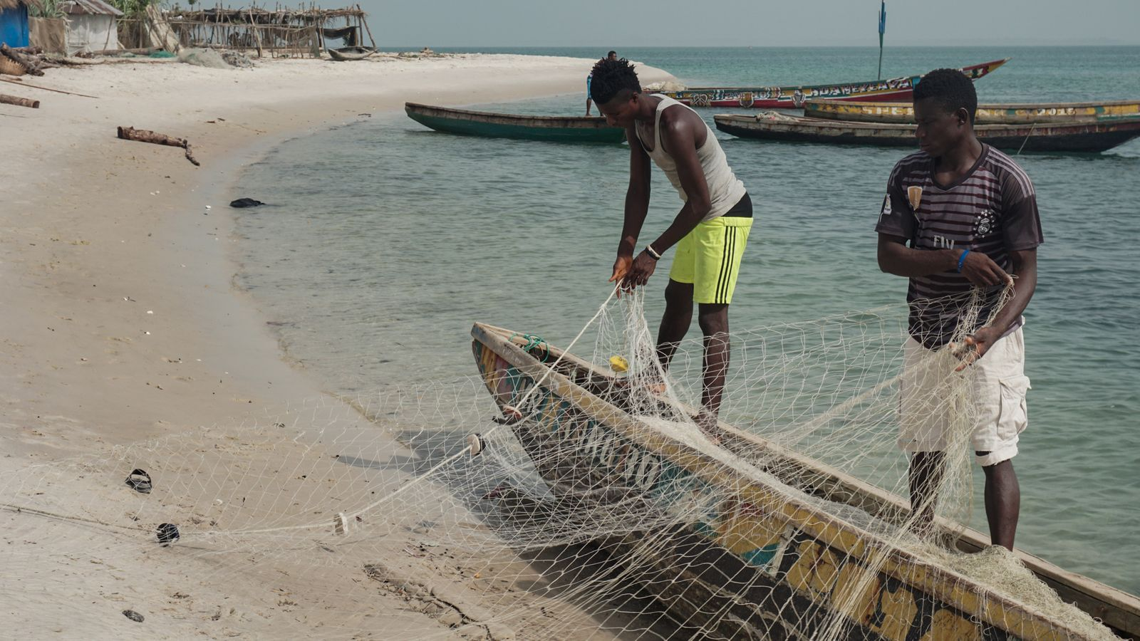 Fischer auf Nyangai bereiten ihr Netz vor - Alicia Prager