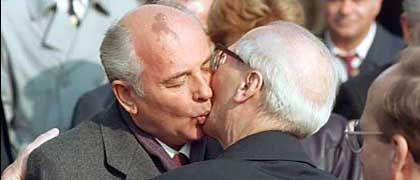 """Soviet leader Mikhail Gorbachev and East German Communist Party Erich Honecker: """"We pursue our policy, which is by no means identical to Honecker's."""""""