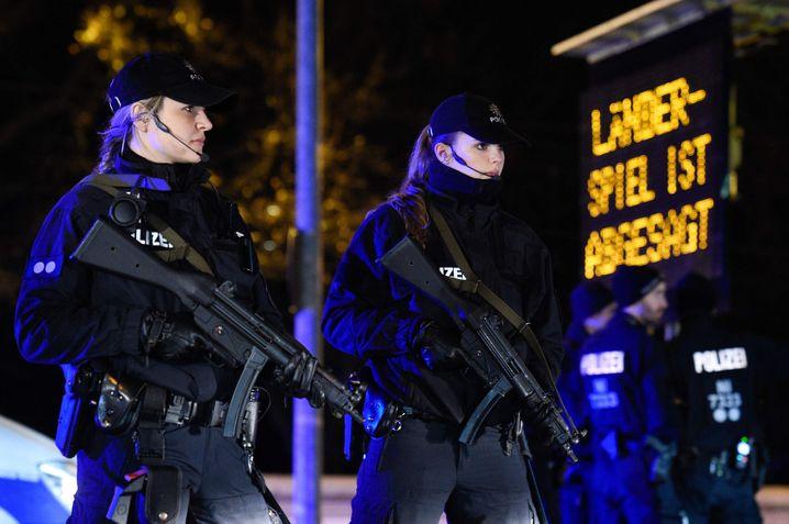 Polizistinnen am Fußballstadion in Hannover: Länderspiel wurde abgesagt