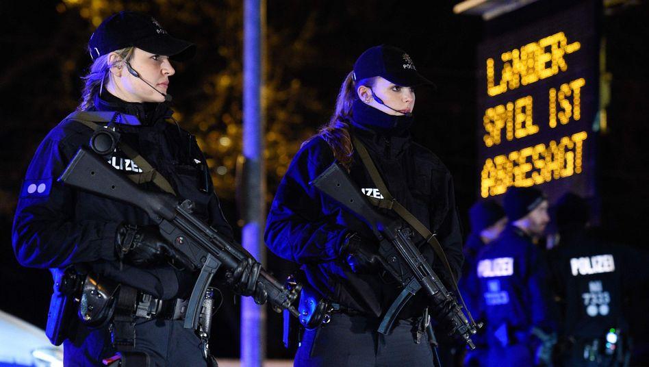 Evakuierung des Stadions in Hannover: Wegen einer Terrorwarnung war die Partie Deutschland-Niederlande abgesagt worden