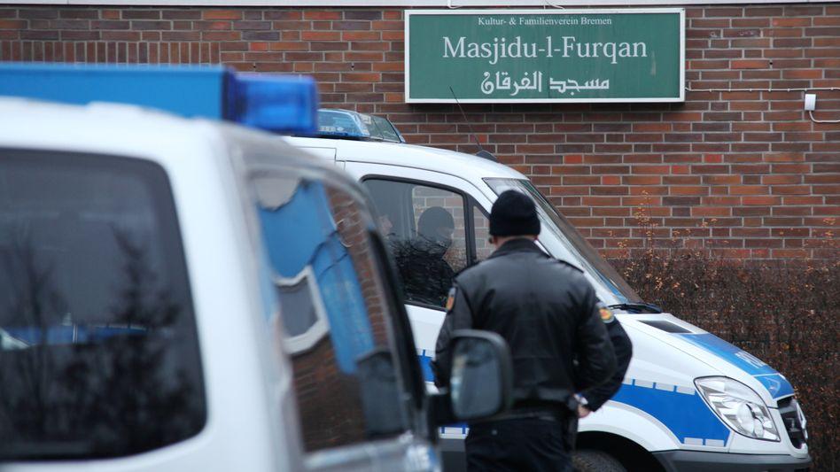 Polizeiwagen im Jahr 2014 vor dem verbotenen salafistischen Kultur- und Familieverein