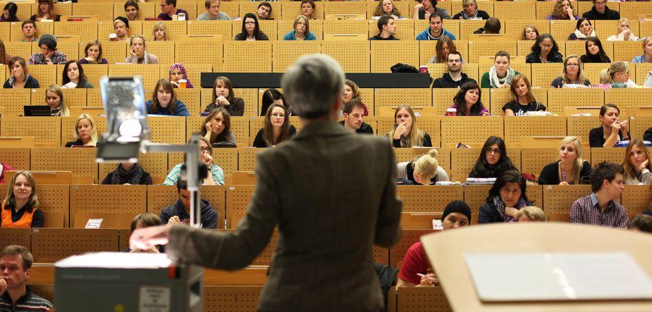 Professorin im Hörsaal: Zu gut für die ungebildeten Massen?