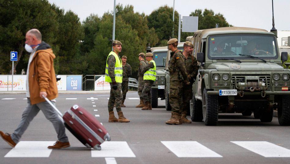 Soldaten der spanischen Armee am Flughafen von Palma de Mallorca