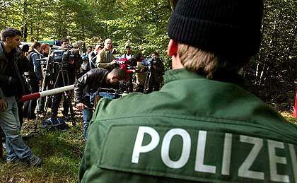 Ein riesiges Medienaufgebot beobachtet die Suche der Polizei nach dem entführten Jungen am Waldsee