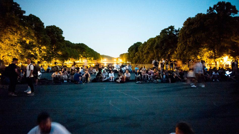 Jugendliche genießen eine warme Sommernacht auf der Sachsenbrücke (Archiv)