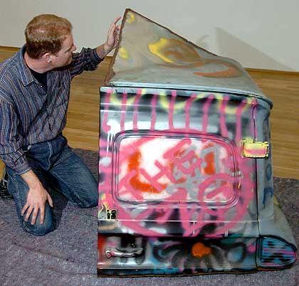 """Restaurator Klaus Leukas mit beschädigtem Kunstwerk """"Grafitti Truck"""" von US-Künstler Gordon Matta Clark: """"Entsprechende Minderung"""""""