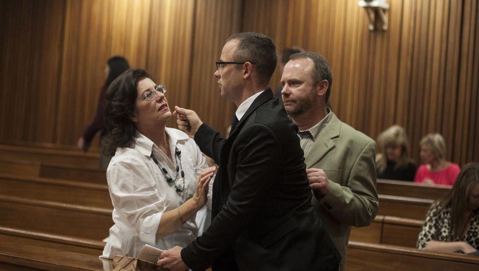Oscar Pistorius vor Gericht: Seine Fans halten zu ihm, wie diese unbekannte Frau