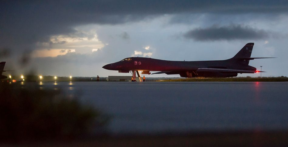 Amerikanische B-1B in Guam vor dem Start Richtung nordkoreanische Küste (Foto der U.S. Air Force)