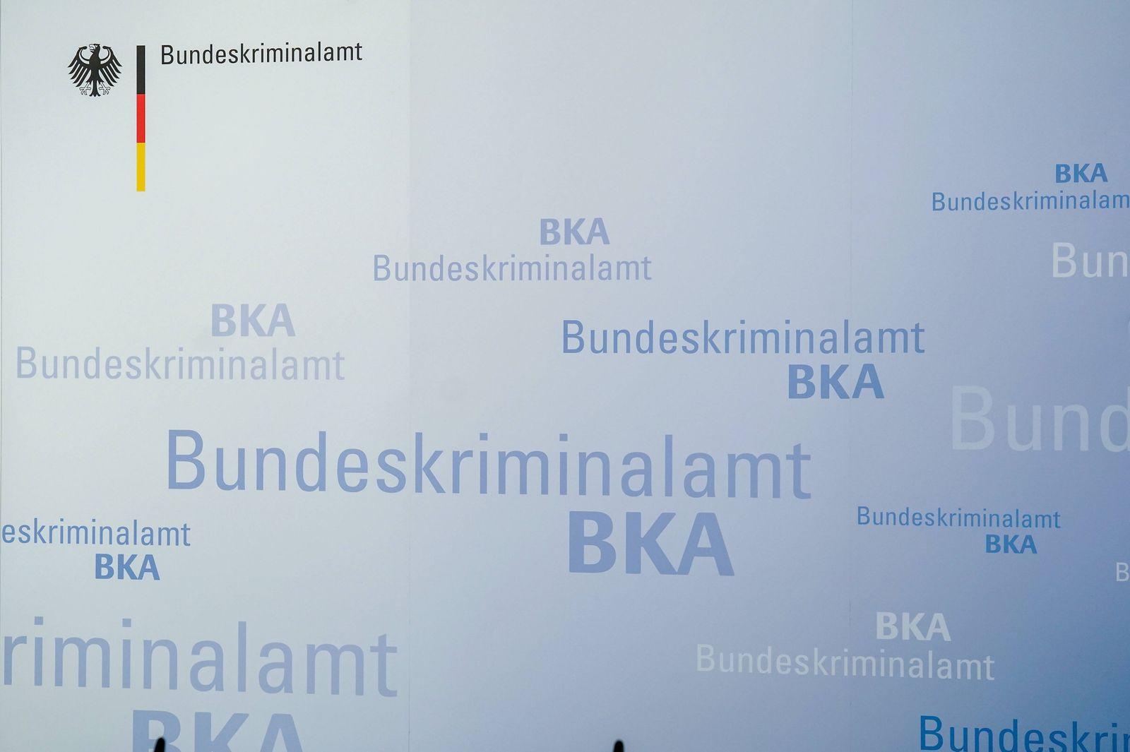 Pressekonferenz BKA 28.10.2019,Wiesbaden: Presserückwand mit Logos und Aufschrift BKA, Bundeskriminalamt, Symbolbild, I