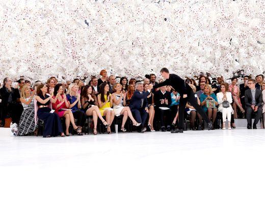 Hunderttausende für Blumenschmuck, Mindestlohn für die Näherinnen: Modenschau von Dior