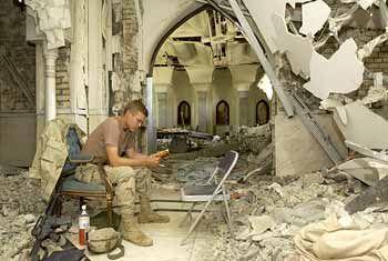 Pause zwischen Trümmern: Dieser GI hat sich zum Lesen in einen abgelegenen Teil des Saddam-Palastes zurückgezogen, wo die Soldaten derzeit untergebracht sind