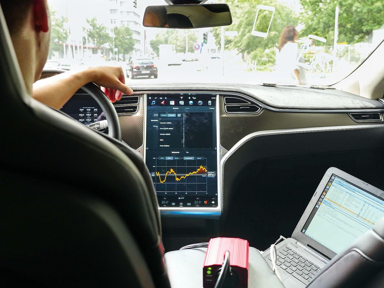 EINMALIGE VERWENDUNG Vernetzte Autos / Tesla