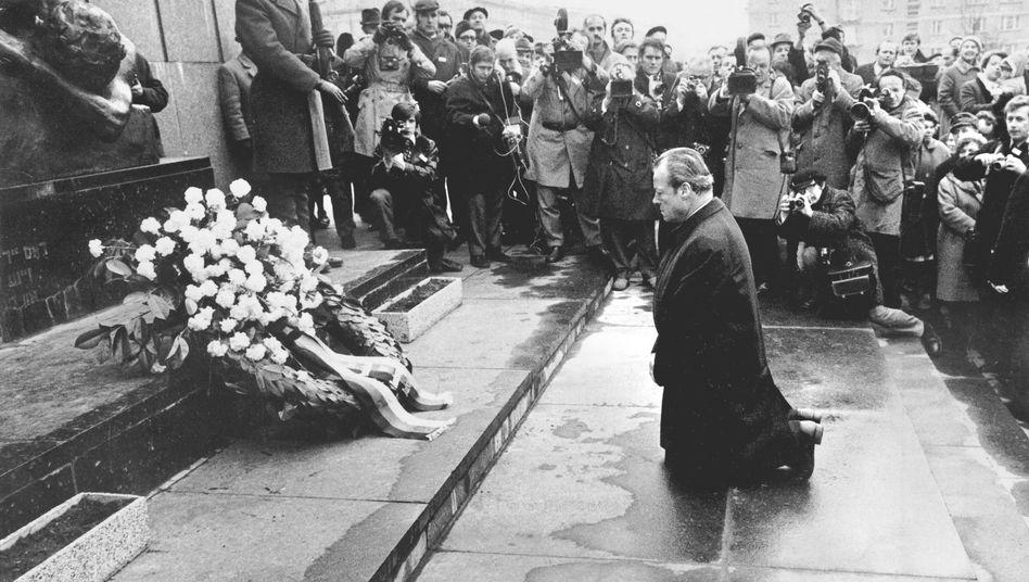 Willy Brandt am 7. Dezember 1970 vor dem Mahnmal für die Opfer des Aufstandes im Warschauer Getto: Kniefall vor der Geschichte