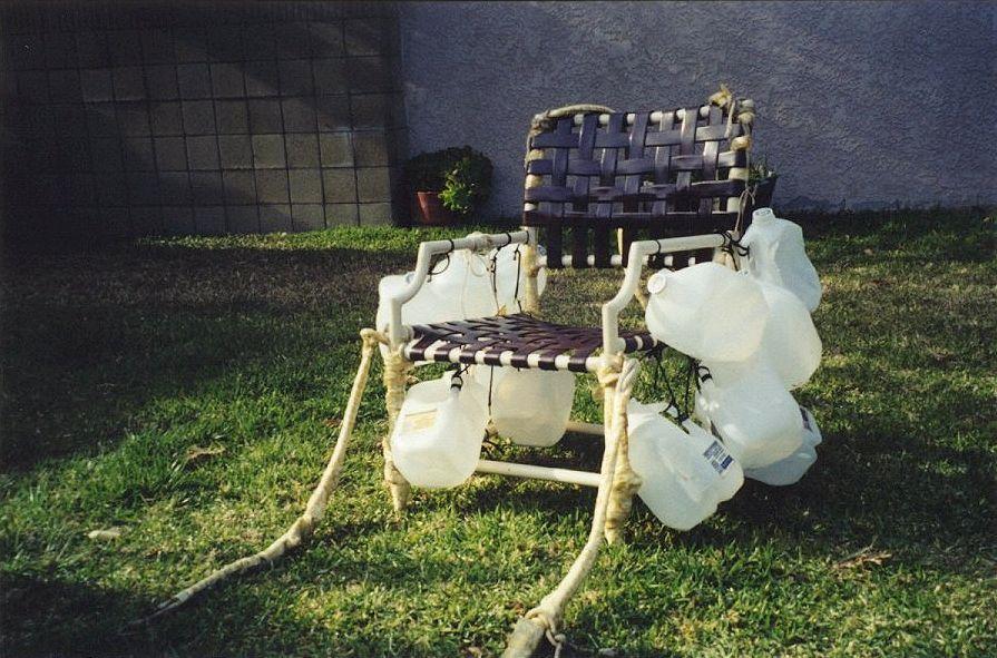 1982 junge fliegt mit garten stuhl
