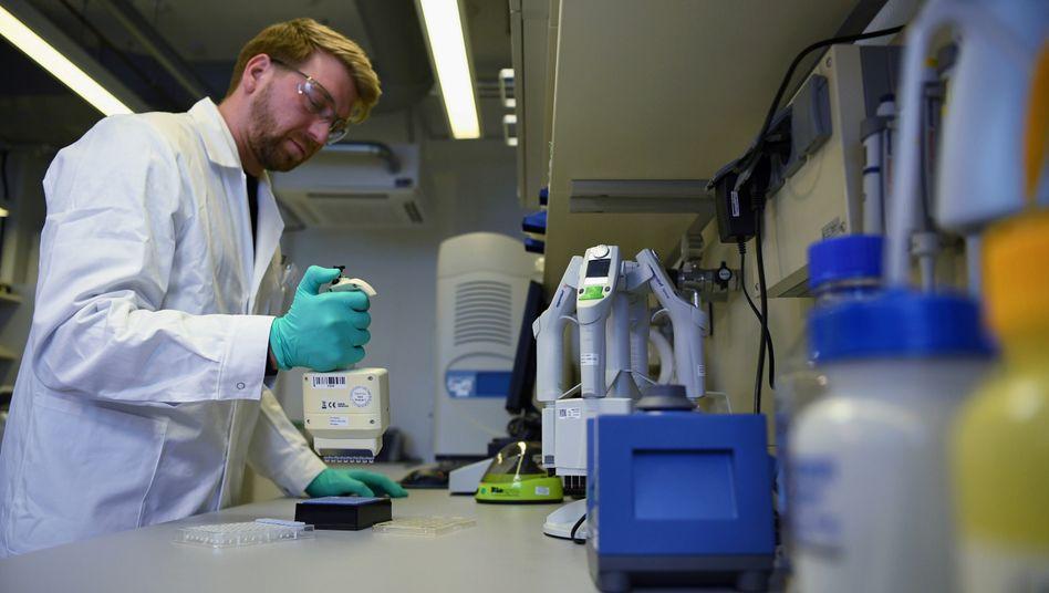 Ein CureVac-Mitarbeiter in einem Labor der Firma in Tübingen.