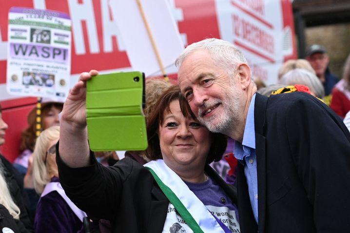 Labourchef Jeremy Corbyn mit Anhängern im nordenglischen Renishaw
