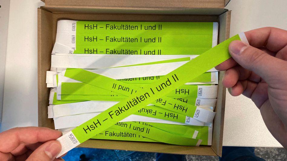 Armbänder für geimpfte und genese Studierende an der Hochschule Hannover
