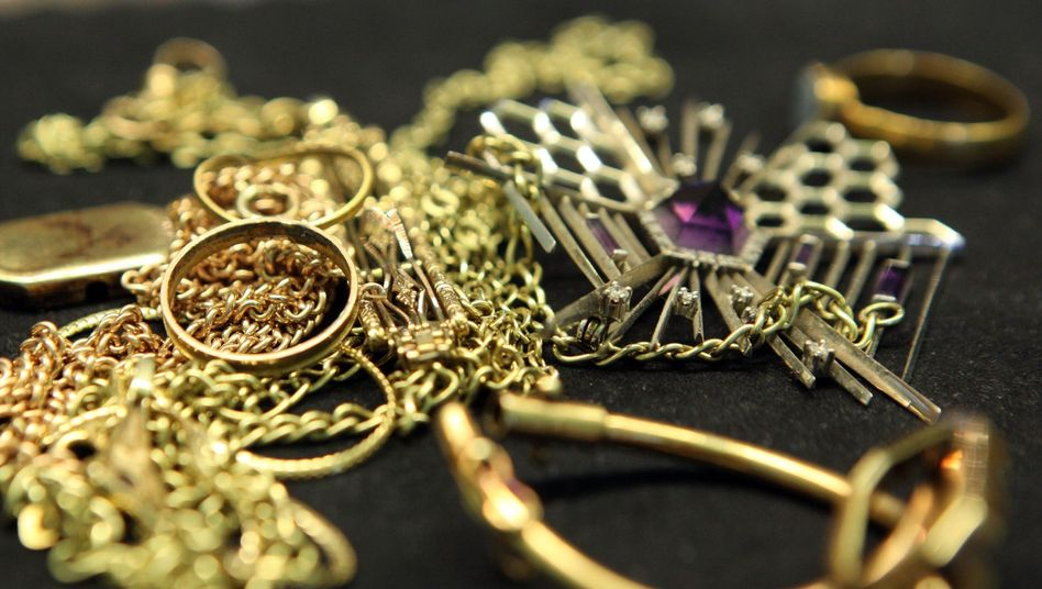 Goldschmuck auf dem Tresen einer Münzhandlung