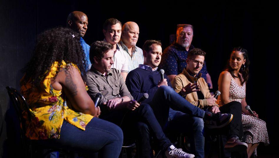 Serienmacher Dan Goor (Mitte) mit dem Cast von »Brooklyn Nine-Nine« bei einer Veranstaltung 2019