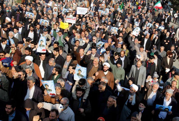 Demonstranten vor der Imam-Khomeini-Moschee in Teheran