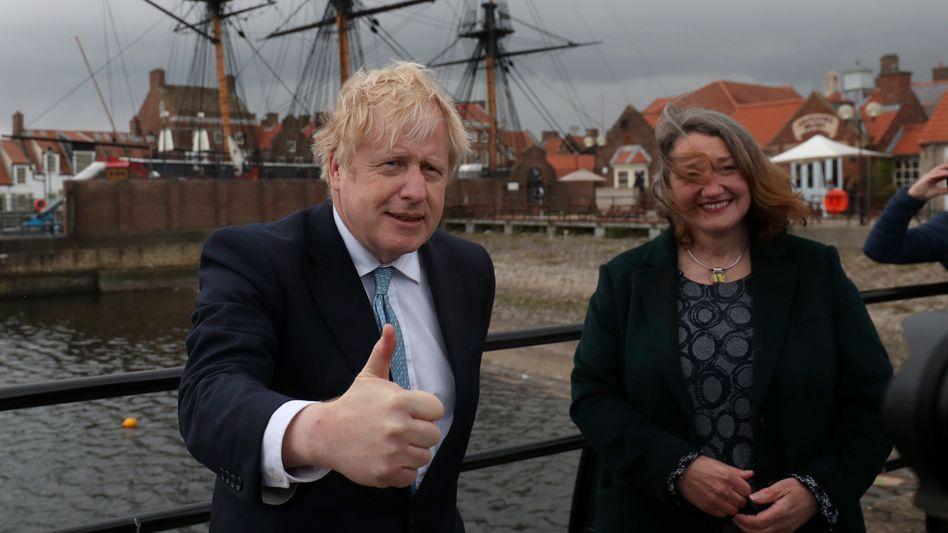 Premierminister Boris Johnson mit Wahlsiegerin Jill Mortimer in Hartlepool: Labour nach Jahrzehnten abgelöst