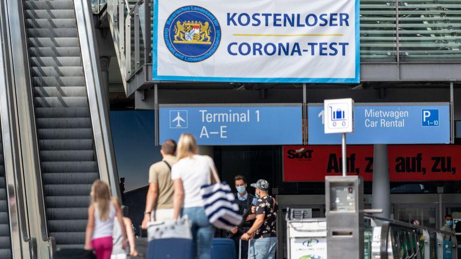 Ein Banner macht am Flughafen München auf das kostenlose Corona-Test-Angebot aufmerksam