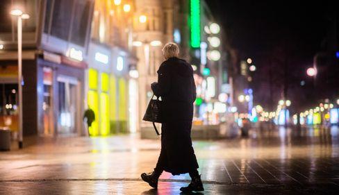 Frau in der fast menschenleeren Innenstadt von Hannover (Symbolbild): Ab heute gilt hier eine nächtliche Ausgangssperre
