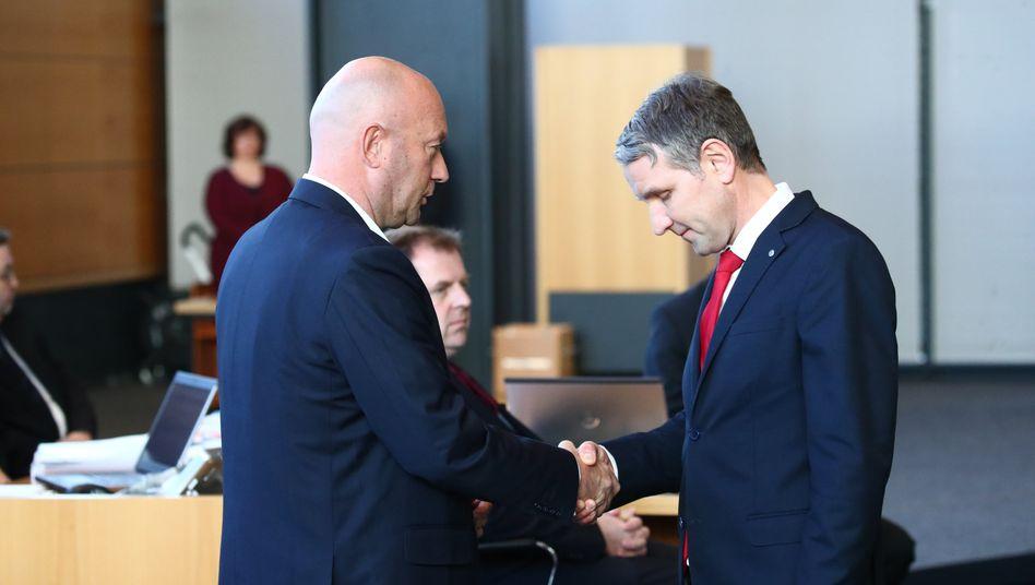 Björn Höcke, Thüringer AfD-Fraktionschef, gratuliert Thomas Kemmerich (FDP)