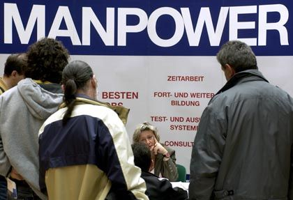 """Info-Stand der Zeitarbeitsfirma """"Manpower"""" auf einer Messe in Halle: Union lehnt Mindestlohn für die Branche ab"""