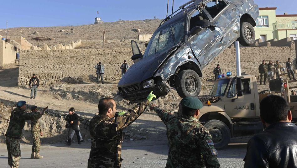 Autowrack nach Selbstmordanschlag in Kabul: Immer mehr Zivilisten unter den Opfern