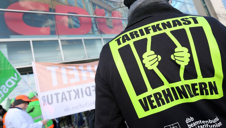 Mahnwache von DBB Beamtenbund und Tarifunion: Angst vor Verlust der Tariffreiheit