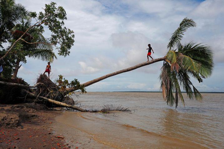 Einige Regionen der Welt sind besonders stark von der Klimakrise betroffen. Auf diesem Bild ist ein Fluss in Bangladesch zu sehen. Ein Sturm hat das Ufer zerstört.