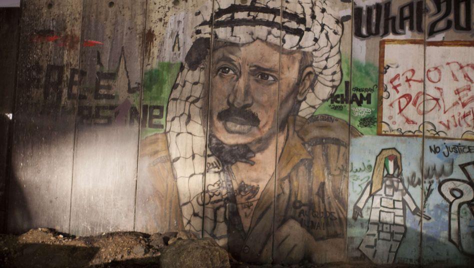 Todesursache ungeklärt: Jassir Arafat auf einem Gemälde am Qalandia Checkpoint bei Ramallah