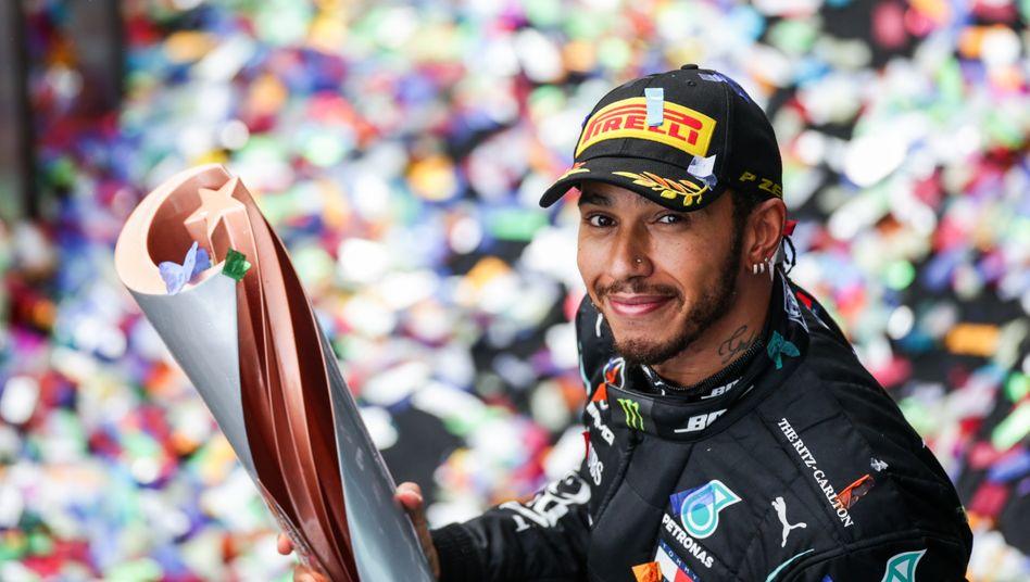 Lewis Hamilton und seine Trophäe: Weiter am Mercedes-Steuer