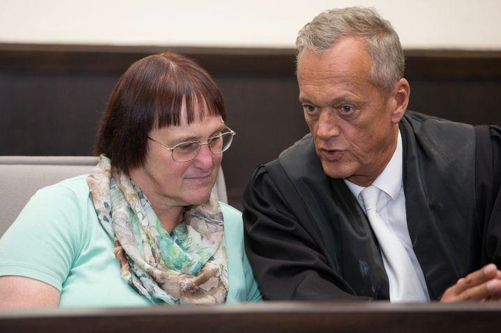 Angelika W. mit ihrem Verteidiger Peter Wüller