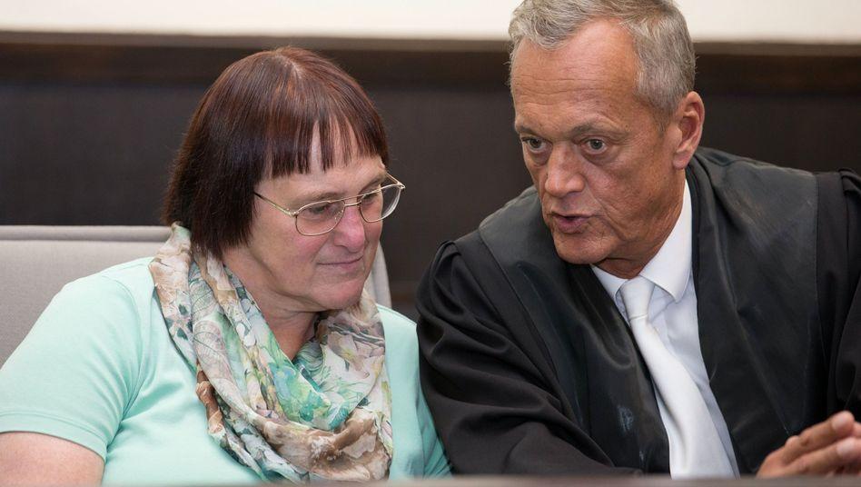 Angelika W. und ihr Verteidiger Peter Wüller
