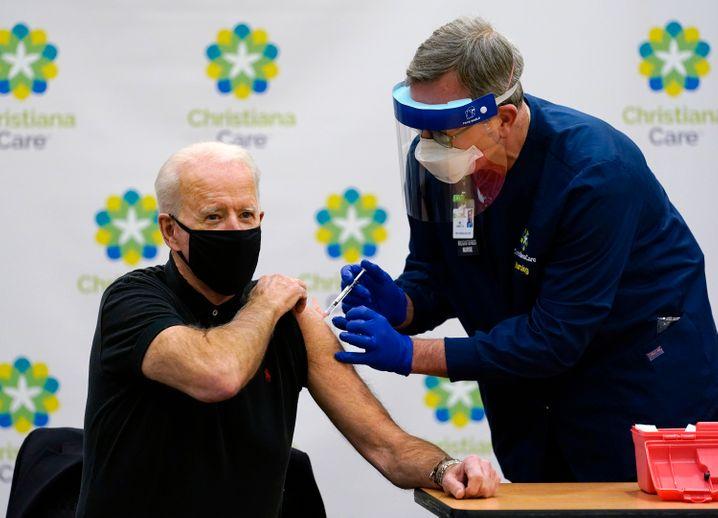 Joe Biden bei seiner zweiten Corona-Impfung