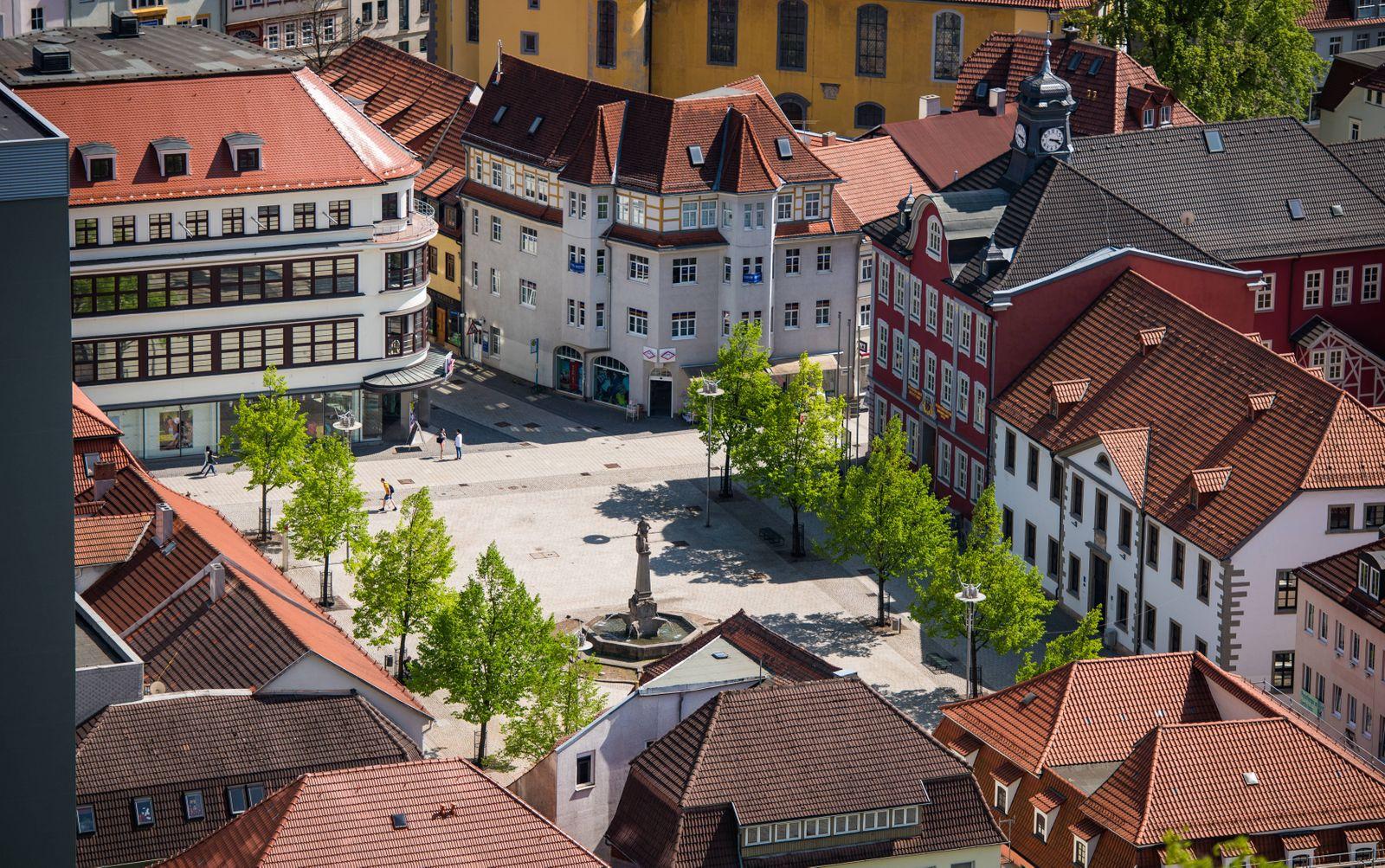Suhl 110516 Suhl Stadt im Thüringer Wald Im Bild Das Suhler Rathaus mit Waffenschmied Denkmal