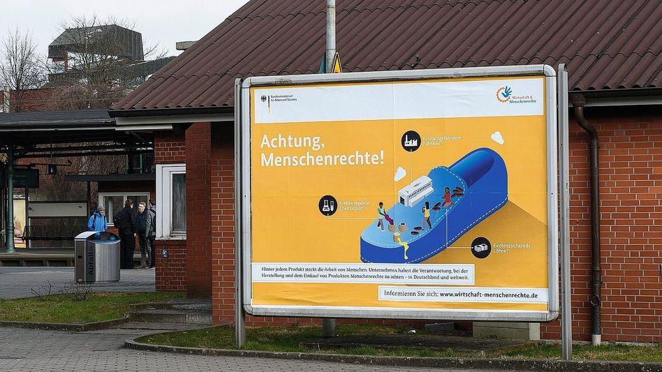 Werbeplakat der Bundesregierung: »Warme Luft und gezielte Irreführung«