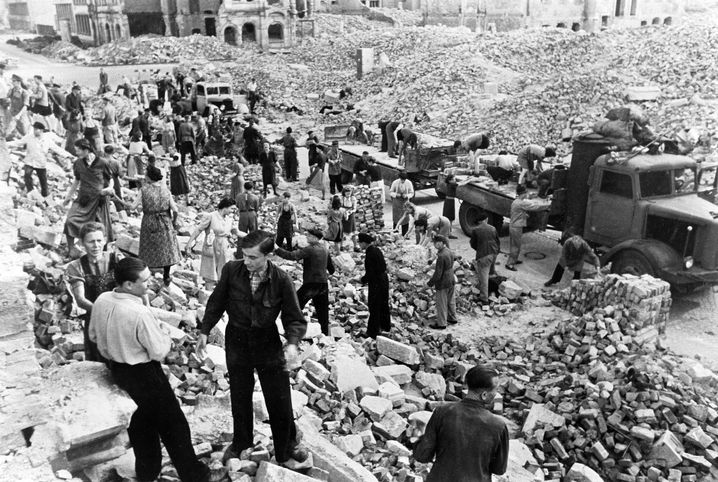 Helfer und Einwohner Dresdens nach den Bombardierungen