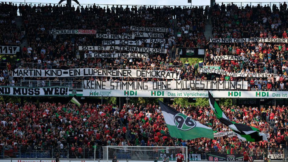 Fans von Hannover 96 protestieren gegen Präsident Martin Kind