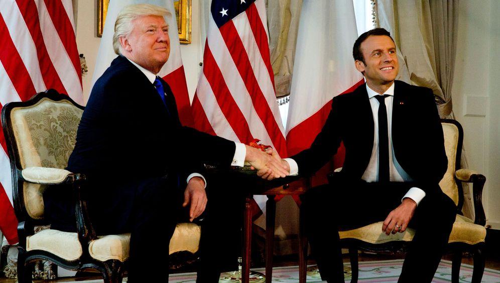 Macron und Trump: Hände, ringend